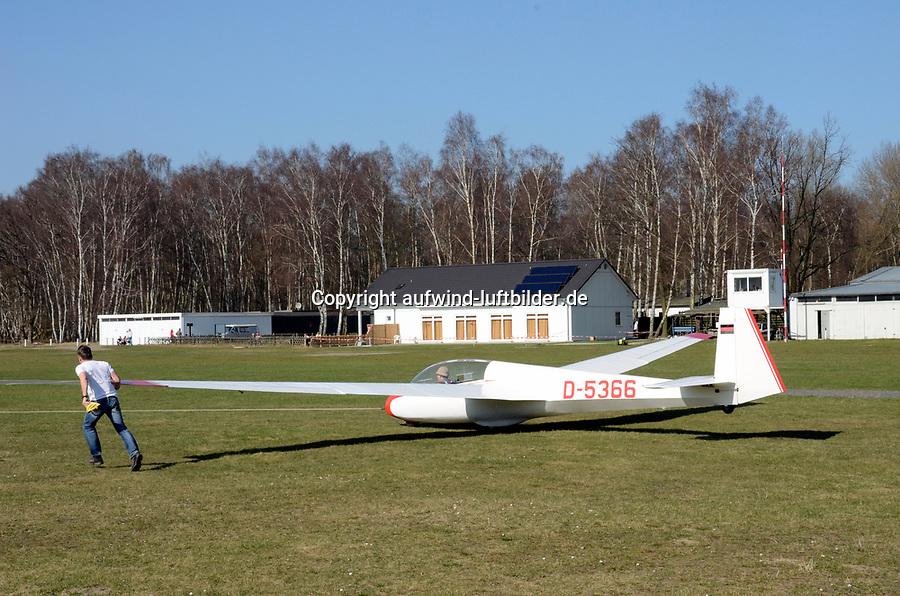 Boberg, erste Starts: EUROPA, DEUTSCHLAND, HAMBURG 23.03.2012: Hamburg Bergdorf, Boberg, Segelflug, erste Starts in Boberg Anfliegen