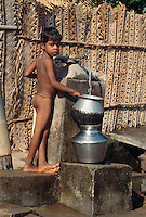 Kind am Brunnen in  Mahabalipuram (Tamil Nadu), Indien