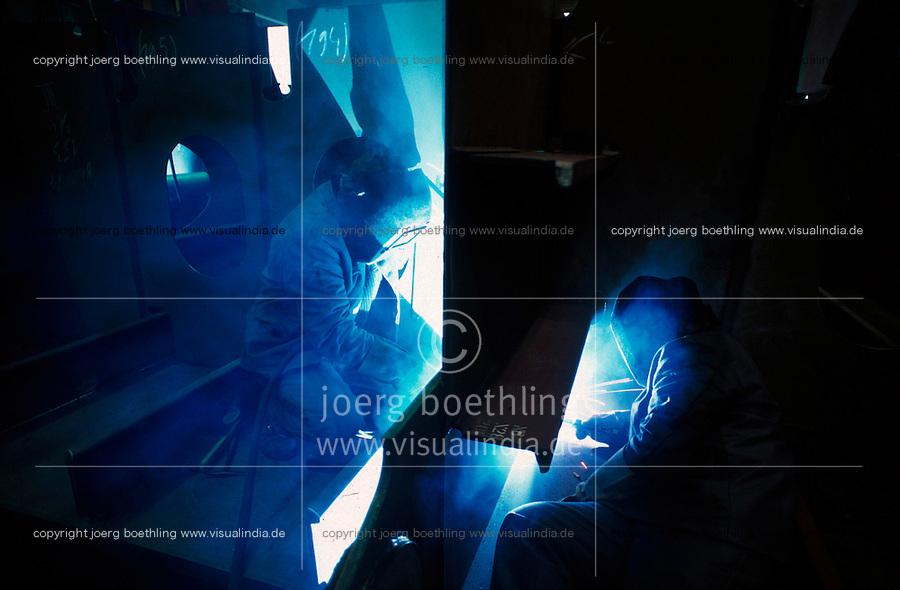 GERMANY, Wismar, shipyard, shipbuilding, worker welding / DEUTSCHLAND Wismar, Schiffbauer schweissen an einer Sektion, Aker Werft, die ehemalige ostdeutsche MTW Werft wurde zuerst von der Bremer Vulkan Gruppe übernommen, die Subventionen fuer DDR Werften in ihre Kassen umleitete, dann mehrere Eigentuemerwechsel Aker Yards, Wadan Werft, dann Teil der Nordic Yards Gruppe des russischen Investor Vitaly Yusufov, heute MV Werften der malayischen Genting Gruppe