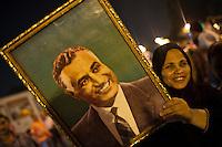 EGITTO, IL CAIRO 9/10 settembre 2011: assalto all'ambasciata israeliana. Migliaia di manifestanti egiziani, ancora infuriati per l'uccisione di cinque guardie di frontiera egiziane da parte dell'esercito israeliano, hanno fatto irruzione nella sede diplomatica israeliana e sono stati poi sgomberati da esercito e polizia egiziana. Nell'immagine: una donna durante la manifestaione mostra la fotografia di un uomo.<br /> Egypt attack to the Israeli embassy  Attaque à l'ambassade israelienne Caire
