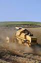 15/07/07 - LIMAGNE - PUY DE DOME - FRANCE - Moissons de ble tendre en Limagne. NEW HOLLAND CLAYSON 8070 - Photo Jerome CHABANNE