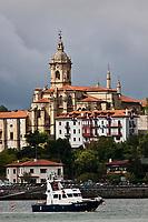 Europe/Espagne/Pays Basque/Guipuscoa/Fontarrabie: Le village et le port - La vieille ville fortifiée est basée sur un promontoire surplombant l'estuaire, et la <br /> baie de Txingudi que forme l'embouchure de la Bidassoa entre la France et l'Espagne.