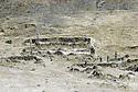Irak 1985  Dans les zones libérées, région de Lolan, ruines d'un village détruit par l'armée irakienne  Iraq 1985 In liberated areas, Lolan district, ruins of a village bombed by the Iraki army