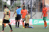 ENVIGADO -COLOMBIA-19-10-2013. El arbitro Juan Gamarra muestra la tarjeta amarilla a Omar Rodriguez durante el encuentro entre Envigado FC e Itaguí válido por la fecha 15 de la Liga Postobón II 2013 realizado en el Parque Estadio de la ciudad de Envigado./ Juan Gamarra referee shows the yellow card to Omar Rodriguez during the match between Envigado and Itagui valid for the 15th date of the Postobon League II 2013 at Parque Estadio in Envigado city.  Photo: VizzorImage/Luis Ríos/STR