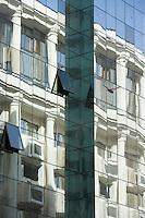 Afrique/Afrique du Nord/Maroc /Casablanca: la ville moderne, les facades des immeubles Art-Déco se reflètent dans un immeuble moderne en verre rue Faker Mohamed