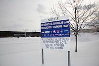 Detroit: paesaggio urbanod'inverno. Cartello all'ingresso della General Motors. Neve ed un albero.