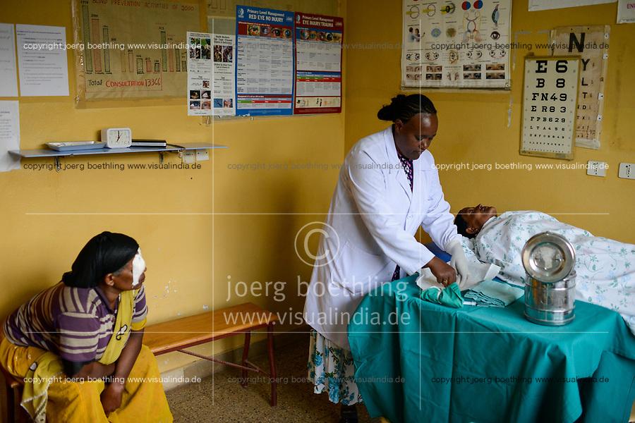 ETHIOPIA Taza Catholic Health Center , eye clinic / AETHIOPIEN Taza Catholic Health Center, Augenklinik, Sr. Meskel Kelta, Patientin Momena Yanuse
