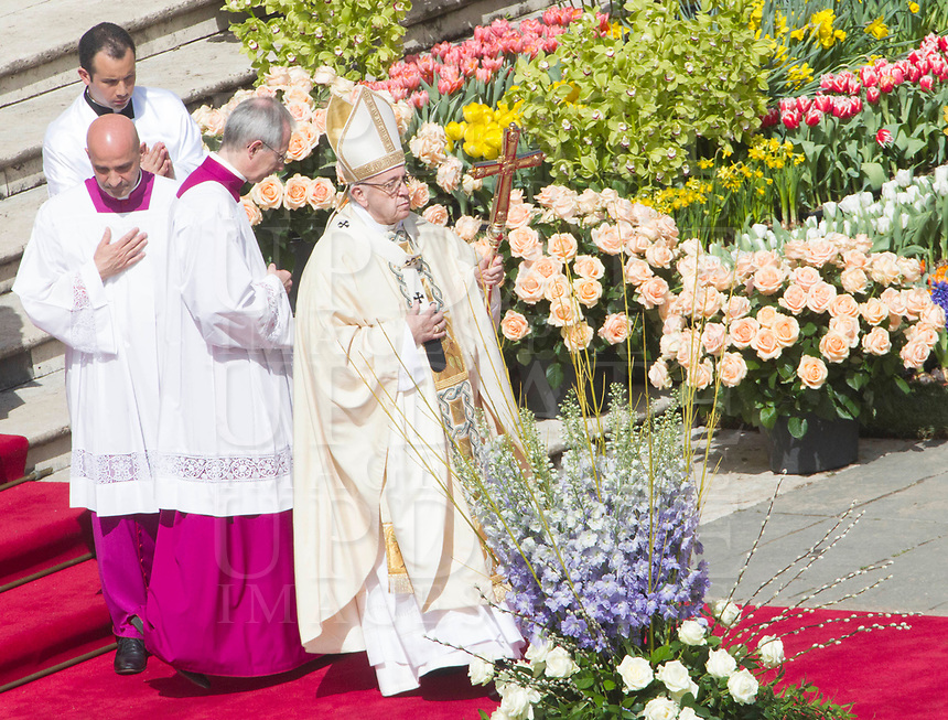 Pope Francis celebrates the Easter Mass in St. Peter's Square at the Vatican, April 1, 2018.<br /> UPDATE IMAGES PRESS/Riccardo De Luca<br /> <br /> STRICTLY ONLY FOR EDITORIAL USE