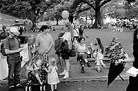 Australia. New South Wales. Sydney. The Royal Botanic Garden is a heritage-listed major 30-hectare (74-acre) botanical garden, event venue and public recreation area located at Farm Cove. Families meeting and recreational time with children. 13.3.99 © 1999 Didier Ruef