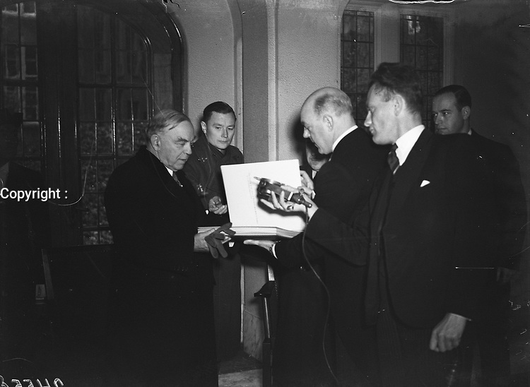 William Lyon Mackenzie King, Prime Minister of Canada, at the City Hall in Amsterdam, HOLLAND. Handing over a book<br /> <br /> Date November 19, 1947<br /> <br /> Photographer Sagers, Harry / Anefo
