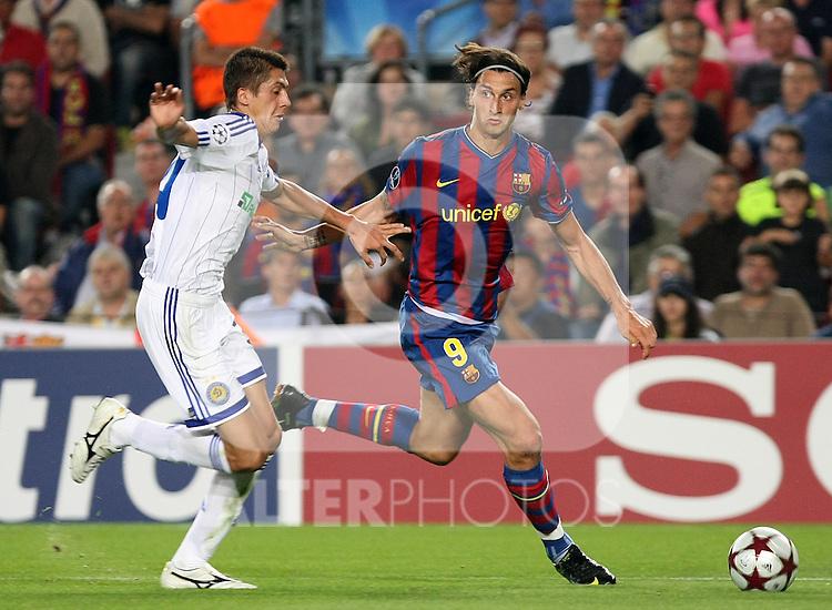 FC Barcelona's Zlatan Ibrahimovic (r) and Dinamo Kiev's Yevgen Khacheridi during the UEFA Champions League match.September 29 2009. (ALTERPHOTOS/Acero).