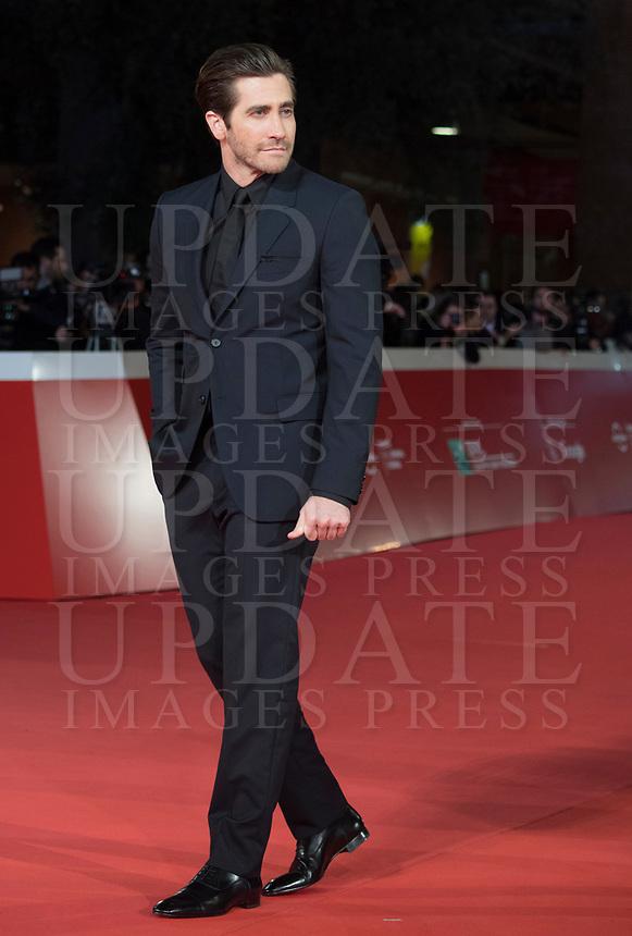 """L'attore americano Jake Gyllenhaal posa sul red carpet per la presentazione del film """"Stronger"""" alla Festa del Cinema di Roma , 28 Ottobre 2017.<br /> US actor Jake Gyllenhaal poses on the red carpet to present the movie """"Stronger"""" during the international Rome Film Festival at Rome's Auditorium, October 28, 2017.<br /> UPDATE IMAGES PRESS/Karen Di Paola"""
