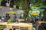 Deutschland, Oberbayern, Burghausen an der Salzach: Café in der Altstadt mit Biergarten an der Salzach   Germany, Upper Bavaria, Burghausen at river Salzach: café in old town with beautiful riverside beer garden
