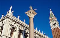 Campanile + Bibliothek, Piazzetta San Marco, Venedig,  Venetien, Italien, Unesco-Weltkulturerbe