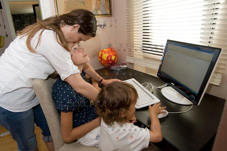 homeschooling, educazione parentale, educazione domestica. <br /> Mamma Sara aiuta Asyia al computer