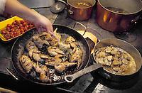 France/84 Vaucluse/Avignon: Table d'Hote de la Mirande dans la cuisine médiévale d'un ancien palais de Cardinal Jean Claude Altmayer prépare les cailles au foie gras déglacé au Muscat des Beaumes de Venise, au fourneau à bois