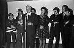 VITTORIO DE SICA SUL PALCO PER LA CONSEGNA DEL PREMIO SULLO SFONCO ELSA MARTINELLI , ANNABELLA INCONTRERA, MASSIMO RANIERI, AMEDEO NAZZARI ED ENZO CERUSICO<br /> SERATA TEATRO CARLINO PER PREMIAZIONE VITTORIO DE SICA ROMA 1970