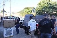 Campinas (SP), 27/04/2020 - Crime-SP - Movimentacao de chegada de presos e apreensoes na Delegacia de Investigacoes Gerais (DIG) de Campinas, interior de Sao Paulo. A Policia Civil desencadeou na manha desta segunda-feira (27) a Operacao Invoice. A acao tem como objetivo prender 15 pessoas e efetuar buscas em 26 enderecos. Segundo a investigacao, a suspeita e que os investigados pertencem a uma associacao criminosa que pratica crime de estelionatos via internet, furtos de carga e receptacao. Na regiao o foco e na cidade de Sumare. Os policiais ainda fazem buscas em Jandira, Cotia, Embu das Artes, Itapevi, Sao Paulo, Praia Grande, Pocos de Caldas e Andradas. (Foto: Luciano Claudino/Codigo 19/Codigo 19)