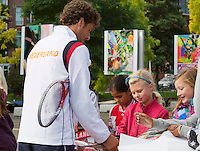 13-09-12, Netherlands, Amsterdam, Tennis, Daviscup Netherlands-Swiss, Streettennis, with Robin Haase signing autographs
