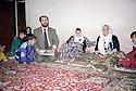 Irak 2000  Suleimania, la famille de Ayoub Abdul-Rahman, jeune clandestin kurde mort étouffé dans un camion en essayant de passer en Italie  Iraq 2000  A family in Suleimania  reading in a newspaper a story concerning the death of one of their relatives in Italy