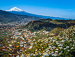 Spanien, Kanarische Inseln, Teneriffa, Las Mercedes und La Laguna vorm schneebedeckten Pico del Teide | Spain, Canary Islands, Tenerife, Las Mercedes and La Laguna with snow covered Pico del Teide