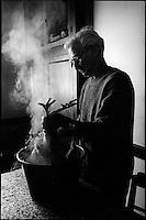 Europe/France/Aquitaine/64/Pyrénées-Atlantiques/ Verdets: Mr Lacrampe volailler plume une poule pour préparer la poule au pot