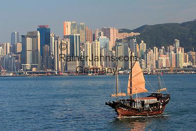People's Republic of China, Hong Kong: Duk Ling Junk boat with Hong Kong skyline | Volksrepublik China, Hongkong: die Duk Ling Dschunke vor der Skyline Hongkongs