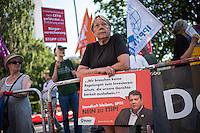 Protest vor dem SPD-Parteikonvent zu CETA und TTIP.<br /> Umwelt- und Verbraucherschutzorganisationen wie Greenpaece, BUND, Naturfreunde Jugend oder Campact protestierten am Sonntag den 6. Juni 2016 vor dem SPD-Parteikonvent zu CETA und TTIP. Sie forderten ein Ende der Verhandlungen mit den USA und Kanada bei den Verhandlungen zu den Freihandelsabkommen.<br /> 5.6.2016, Berlin<br /> Copyright: Christian-Ditsch.de<br /> [Inhaltsveraendernde Manipulation des Fotos nur nach ausdruecklicher Genehmigung des Fotografen. Vereinbarungen ueber Abtretung von Persoenlichkeitsrechten/Model Release der abgebildeten Person/Personen liegen nicht vor. NO MODEL RELEASE! Nur fuer Redaktionelle Zwecke. Don't publish without copyright Christian-Ditsch.de, Veroeffentlichung nur mit Fotografennennung, sowie gegen Honorar, MwSt. und Beleg. Konto: I N G - D i B a, IBAN DE58500105175400192269, BIC INGDDEFFXXX, Kontakt: post@christian-ditsch.de<br /> Bei der Bearbeitung der Dateiinformationen darf die Urheberkennzeichnung in den EXIF- und  IPTC-Daten nicht entfernt werden, diese sind in digitalen Medien nach §95c UrhG rechtlich geschuetzt. Der Urhebervermerk wird gemaess §13 UrhG verlangt.]