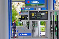 KROATIEN, 05.2013, Zagreb. Tankstelle des halbstaatlichen kroatischen Oelkonzerns INA. | Filling station operated by Croatian INA Industrije Nafte d.d. © Oliver Bunic/EST&OST