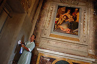 Cameriere ai piani durante le pulizie. Waiter plans during cleaning..Villa Grazioli è un raffinato albergo della catena internazionale Relais & Chateaux..Fu costruita dal Cardinale Antonio Carafa nel 1580 e racchiude tra le sue mura opere d'arte dei maestri del XVI e XVII secolo, Ciampelli, Carracci e G.P. Pannini. .Villa Grazioli is a sophisticated international hotel chain Relais & Chateaux. .It was built by Cardinal Antonio Carafa in 1580 and contains works of art of the sixteenth and seventeenth century, of Ciampelli, Carracci and GP Pannini....