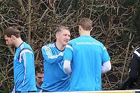 Manuel Neuer (D) bekommt Gratulationen zum Geburtstag von Bastian Schweinsteiger - Training der Deutschen Nationalmannschaft in Frankfurt