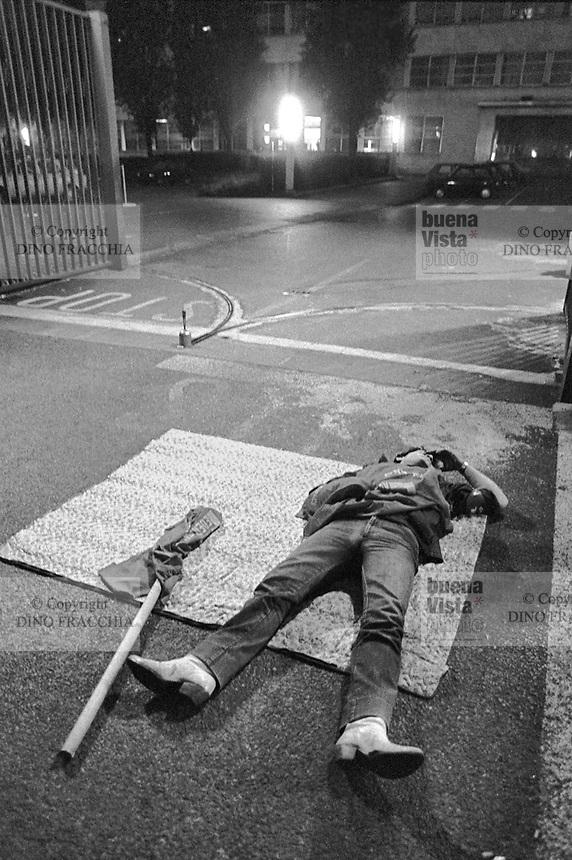 - the workers block gates of the FIAT Mirafiori plant in Torino during the general strike of june 1983 ....- gli operai bloccano i cancelli dello stabilimento FIAT Mirafiori di Torino durante lo sciopero generale del giugno 1983