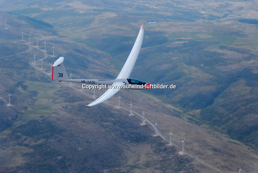 Nimbus 4 M: SPANIEN, KASTILIEN LEON, SEGOVIA, 26.07.2008:Segelflugzeug vom Typ Mimbus 4 M ueber der Landschaft der  Provinz  Kastilien-León. Segovia,  Windkraftwerk, Fluegel, fliegen, gleiten, Abenteuer, kreisen, steigen, Thermik, Aufwind, Luftbild.c o p y r i g h t : A U F W I N D - L U F T B I L D E R . de.G e r t r u d - B a e u m e r - S t i e g 1 0 2, .2 1 0 3 5 H a m b u r g , G e r m a n y.P h o n e + 4 9 (0) 1 7 1 - 6 8 6 6 0 6 9 .E m a i l H w e i 1 @ a o l . c o m.w w w . a u f w i n d - l u f t b i l d e r . d e.K o n t o : P o s t b a n k H a m b u r g .B l z : 2 0 0 1 0 0 2 0 .K o n t o : 5 8 3 6 5 7 2 0 9.C o p y r i g h t n u r f u e r j o u r n a l i s t i s c h Z w e c k e, keine P e r s o e n l i c h ke i t s r e c h t e v o r h a n d e n, V e r o e f f e n t l i c h u n g  n u r  m i t  H o n o r a r  n a c h M F M, N a m e n s n e n n u n g  u n d B e l e g e x e m p l a r !...