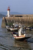 Europe/France/Bretagne/22/Côtes d'Armor/Erquy: Bateaux de pêche et phare sur le port