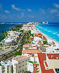 Mexiko, Yucatan, Quintana Roo, Cancun: Hotelanlagen am weissen Sandstrand aus der Vogelperspektive | Mexico, Yucatan, Quintana Roo, Cancun: Aerial View over Bay