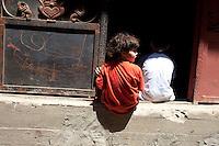 2011 Mokattam Garbage City (alla periferia del Cairo) il quartiere copto dove si vive in mezzo alla spazzatura raccolta: bambini seduti all'ingresso di un edificio,the Coptic Cairo  in the middle of the garbage collection: children sitting at the entrance of a building