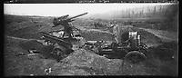 Vue panoramique du capitaine Courtois posant à coté d'une auto-canon allemande détruite près d'Allemant (Aisne). 11 février 1918. Guerre 1914-1918.