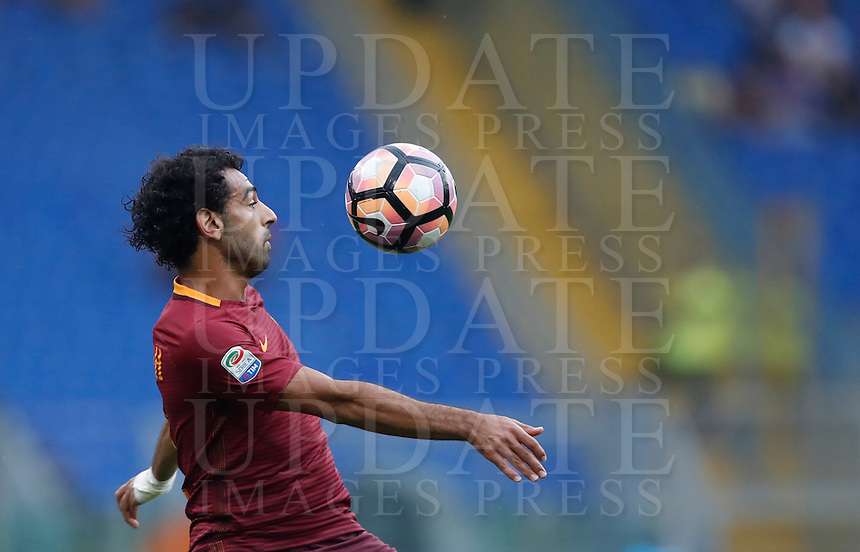 Calcio, Serie A: Roma vs Sampdoria. Roma, stadio Olimpico, 11 settembre 2016.<br /> Roma's Mohamed Salah controls the ball during the Italian Serie A football match between Roma and Sampdoria at Rome's Olympic stadium, 11 September 2016. Roma won 3-2.<br /> UPDATE IMAGES PRESS/Isabella Bonotto