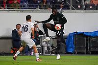 Danny da Costa (Eintracht Frankfurt) gegen Ferdi Kadioglu (Fenerbahce Istanbul) - Frankfurt 16.09.2021: Eintracht Frankfurt vs. Fenerbahce Istanbul, Deutsche Bank Park, 1. Spieltag UEFA Europa League