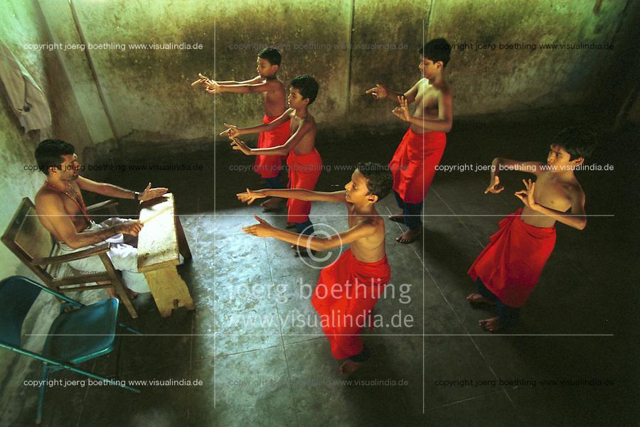 INDIA Kerala , Cheruthuruthi, school for Kathakali classical indian dance drama, boys learning to gesticulate and dance  - INDIEN Kerala, klassisches indisches Tanzdrama Kathakali, Schule für Kinder und Jugendliche in Cheruthuruthi, Training von Gestikulation und Tanz