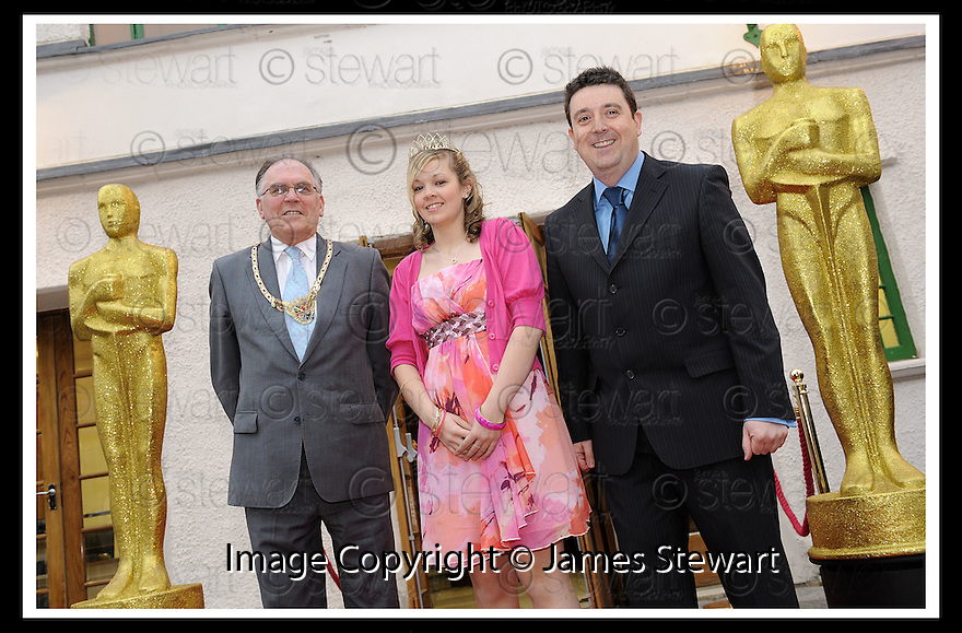 07/04/2009  Copyright Pic: James Stewart.File Name : 17_hippodrome_opening.PROVOST PAT REID, BO'NESS FAIR QUEEN EILIDH THOMSON, AND COUNCILLOR ADRIAN MAHONEY AT THE FIRST NIGHT OFFICIAL RE-OPENING OF THE HIPPODROME IN BO'NESS.....James Stewart Photography 19 Carronlea Drive, Falkirk. FK2 8DN      Vat Reg No. 607 6932 25.Telephone      : +44 (0)1324 570291 .Mobile              : +44 (0)7721 416997.E-mail  :  jim@jspa.co.uk.If you require further information then contact Jim Stewart on any of the numbers above.........