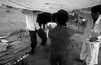 11.2010 Pushkar (Rajasthan)<br /> <br /> Child collecting water after rain.<br /> <br /> Enfant récoltant de l'eau après la pluie.