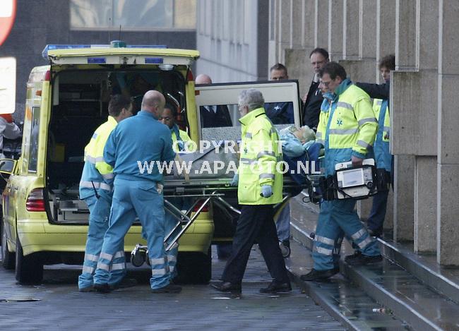 Arnhem, 290103<br />Gijzeling paleis van justitie Arnhem. Officier van justitie van der Krabben wordt gewond afgevoerd.<br />Foto: Sjef Prins - APA Foto