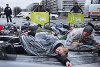 Verkehrssicherheitskampagne des Verkehrsclub Deutschland (VCD).<br /> Mit einem Flashmob machte der VCD am Mittwoch den 2. Dezember in Berlin auf Abbiegeunfaelle aufmerksam. Radfahrer legten sich an der Kreuzung Mollstrasse Ecke Otto-Braun-Strasse bei der Aktion auf die Fahrbahn um so die bei Abbiegeunfaellen Verunglueckten und zum Teil zu Tode gekommenen Radfahrer zu symbolisieren.<br /> 2.12.2015, Berlin<br /> Copyright: Christian-Ditsch.de<br /> [Inhaltsveraendernde Manipulation des Fotos nur nach ausdruecklicher Genehmigung des Fotografen. Vereinbarungen ueber Abtretung von Persoenlichkeitsrechten/Model Release der abgebildeten Person/Personen liegen nicht vor. NO MODEL RELEASE! Nur fuer Redaktionelle Zwecke. Don't publish without copyright Christian-Ditsch.de, Veroeffentlichung nur mit Fotografennennung, sowie gegen Honorar, MwSt. und Beleg. Konto: I N G - D i B a, IBAN DE58500105175400192269, BIC INGDDEFFXXX, Kontakt: post@christian-ditsch.de<br /> Bei der Bearbeitung der Dateiinformationen darf die Urheberkennzeichnung in den EXIF- und  IPTC-Daten nicht entfernt werden, diese sind in digitalen Medien nach §95c UrhG rechtlich geschuetzt. Der Urhebervermerk wird gemaess §13 UrhG verlangt.]