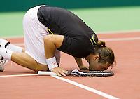 10-2-10, Rotterdam, Tennis, ABNAMROWTT, Marcos Baghdatis kust vloer van Ahoy! nadat hij James Blake heeft verslagen.