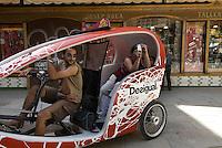 Spanien, Barcelona, Fahrrad-Rikscha im Barri Gotic