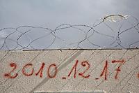 Tunisia, Sidi Bouzid, il dopo Rivoluzione. Un muro con filo spinato dove è scritta la data dell'inizio della Rivoluzione, il 17 dicembre 2010.<br /> date of revolution <br /> TUNISIA after spring revolution