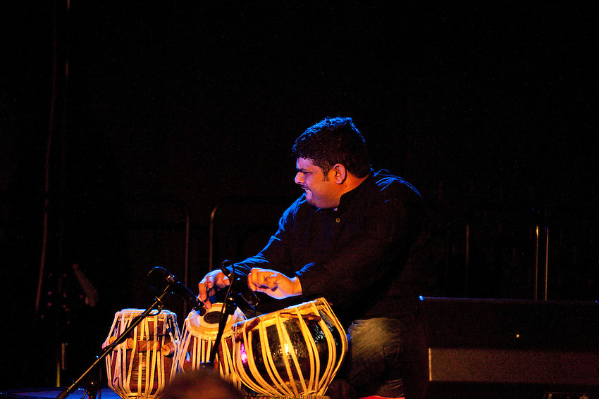Europa, DEU, Deutschland, Nordrhein Westfalen, NRW, Rheinland, Niederrhein, Kempen, Aron Ghosh Indo-Jazz Sextet (England), Ni-lesh Gulhane (Tabla), Kategorien und Themen, Menschen, Mensch, Personen, Person, Menschenfotos, People, Musik, Musiker, Konzert, Konzerte, Events....[ For each utilisation of my images my General Terms and Conditions are mandatory. Usage only against use message and proof. Download of my General Terms and Conditions under http://www.image-box.com or ask for sending. A clearance before usage is necessary...Material is subject to royalties. Each utilisation of my images is subject to a fee in accordance to the present valid MFM-List...Contact | archive@image-box.org | www.image-box.com ]