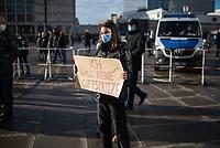 """Anlaesslich des ertsne Jahrestag der Coronamassnahmen der Bundesregierung protestierten etwas ueber 200 Menschen auf dem Berliner Alexanderplatz gegen die Politik der Bundesregierung. Sie forderten ein Ende der Maskenregelungen und Einschraenkungen in oeffentlichen Leben. Die Demonstranten riefen """"Liebe, Freiheit, Keine Diktatur"""" und """"Wahrheit macht Frei"""".<br /> Der Veranstalter, der Youtube-Schlagerstar Bjoern Winter alias Bjoern Banane, hatte 1000 Menschen zu der Kundgebung erwartet.<br /> Im Bild: Eine Demonstrantin haelt ein Pappschild mit der Aufschrift """"Ich will keine Giftspritze!"""".<br /> 13.3.2021, Berlin<br /> Copyright: Christian-Ditsch.de"""