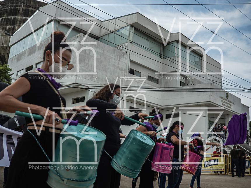 BARRANQUILLA - COLOMBIA, 17-05-2021: Mas de 600 mujeres y algunos hombres marcharon desde la sede de SIJIN hasta la URI del centro de la ciudad de Barranquilla para protestar por la violaciones y exceso de autoridad de la policía como parte del día 20 del Paro nacional en Colombia hoy, 17 mayo de 2021, para protestar por la reforma tributaria que adelanta el gobierno de Ivan Duque además de la precaria situación social y económica que vive Colombia. El paro fue convocado por sindicatos, organizaciones sociales, estudiantes y la oposición. / More than 600 women and some men marched from the SIJIN headquarters to the URI in the center of the city of Barranquilla to protest the violations and excess authority of the police as part of the 20th day of the national strike in Colombia today, May 17, 2021, to protest the tax reform carried out by the government of Ivan Duque in addition to the precarious social and economic situation that Colombia is experiencing. The strike was called by unions, social organizations, students and the opposition in Colombia. Photo: VizzorImage / Jesus Rico / CONT